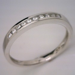 18kt White Gold Diamond Channel Set Wedder = 0.10cts